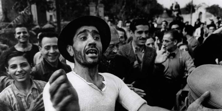 Copyright: I civili accolgono le truppe americane. Monreale, Sicilia, Luglio 1943 - © Robert Capa © International Center of Photography / Magnum Photos