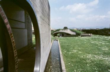 San Vito d'Altivole, 1983, Carlo Scarpa, Cimitero - Tomba Brion- Luigi Ghirri (© Eredi di Luigi Ghirri / Courtesy Editoriale Lotus)