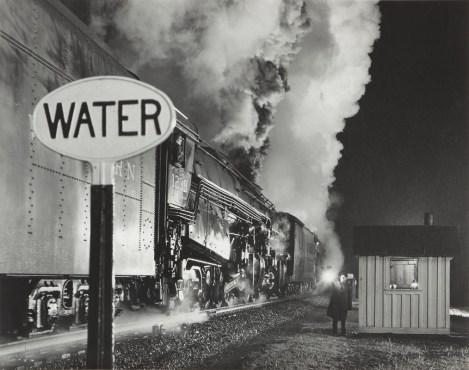 O. Winston Link Licenza al treno a doppia trazione / Highball for the Double Header, 1959 Stampa ai sali d'argento / gelatin silver print, 39 x 48,8 cm © O. Winston Link, courtesy Robert Mann Gallery