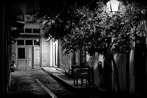 Calle iluminada por un farol