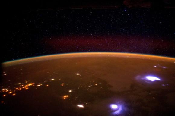 Zo stanice sa dajú pozorovať búrky na zemi (NASA)
