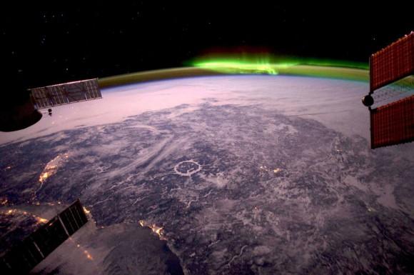 Severná Amerika aj s polárnou žiarou v pozadí (NASA)