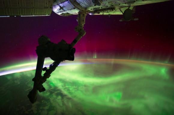 Polárna žiara zostavená z niekoľkých záberov do HDR (NASA)