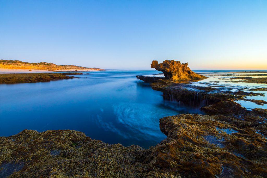 Meeresküste mit Felsen