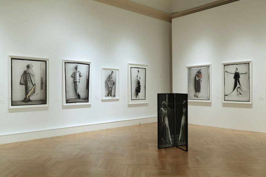 """Blick in die Ausstellung """"Mode Momente. Fotografinnen im Fokus"""". Landesgalerie Linz."""