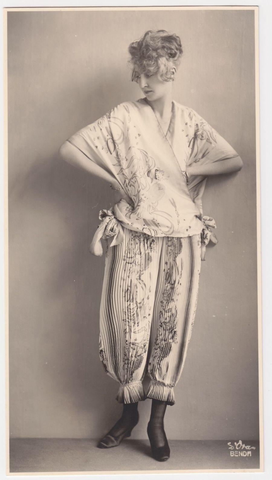 Atelier d'Ora: Ein Morgengewand der Wiener Werkstätte, entworfen von Eduard Josef Wimmer-Wisgrill, 1919 (Abzug später). Sammlung Frank, Landesgalerie Linz;