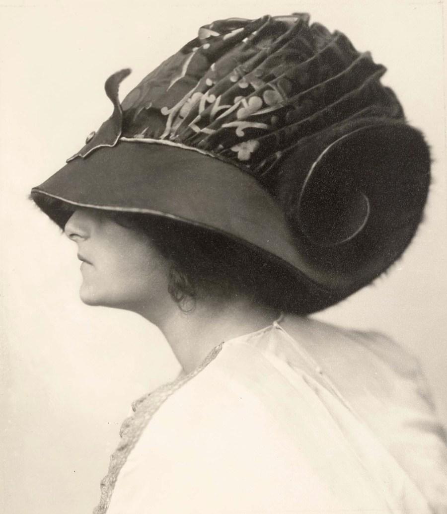 Atelier d'Ora: Helene Jamrich trägt ein Hutmodell des Hauses Zwieback, entworfen von Rudolf Krieser, 1910 (Abzug später), Silbergelatinepapier, 17 x 15 cm, Sammlung Frank, Landesgalerie Linz.