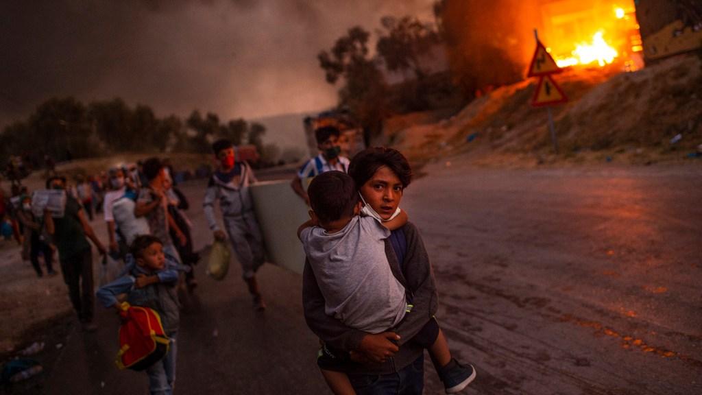 UNICEF-Foto des Jahres 2020: Die brennende Not (Lesbos, Griechenland) (c) Angelos Tzortzinis, Griechenland (AFP) / UNICEF