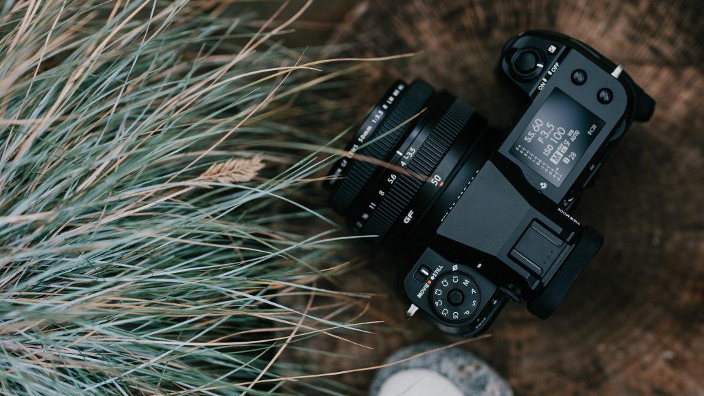 Die für Ende Februar angekündigte Fujifilm GFX100S ist die vierte spiegellose Systemkamera des GFX-Systems. (c) Fujifilm