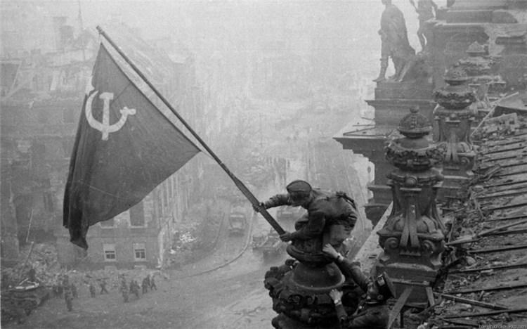 Bandera soviética en Berlín - Yevgeni Khaldei - 1945