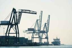 puerto-barco-barcelona-contenedores-grua
