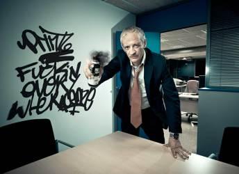 ejecutivo-grafitero-antisistema-retrato-flash