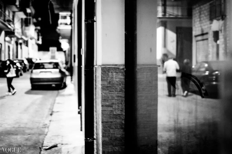 79043d73 612b 439a bd92 afd7f6e458bd FULLSCREEN - Fotografare da dietro street photography - fotostreet.it
