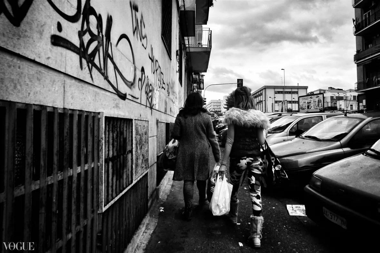ec698d74 b655 4b10 adad 386f9f397f68 FULLSCREEN - Fotografare da dietro street photography - fotostreet.it
