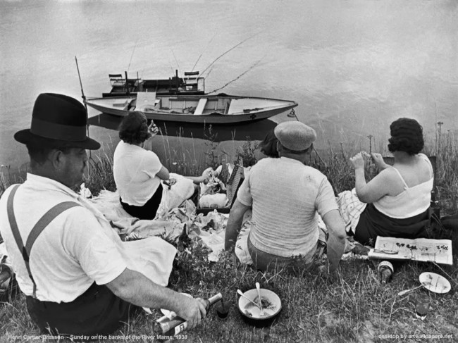 henri cartier bresson sunday 667x500 - Fotografare da dietro street photography - fotostreet.it