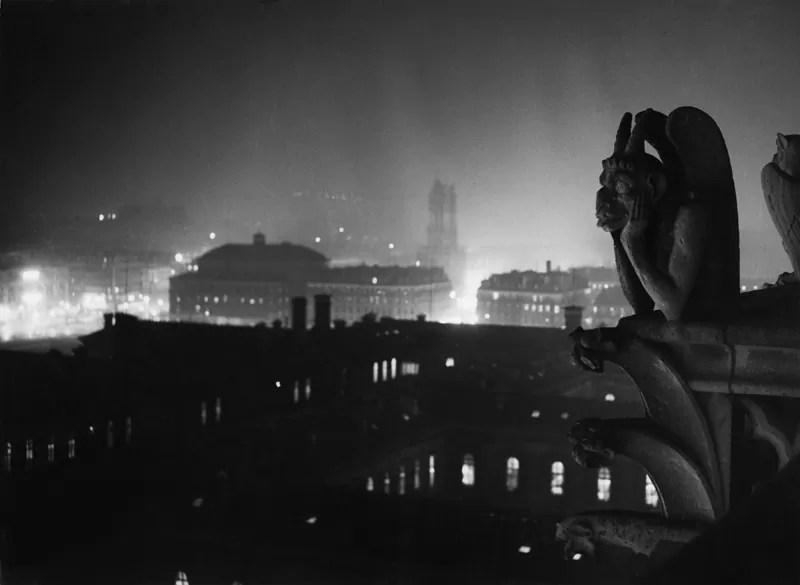veduta notturna su parigi da notre dame 1933 1934 estate brassai - Brassaï: il lato poetico della vita quotidiana (street photography) - fotostreet.it