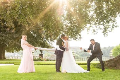 Hochzeit von Marina & Roman, Hochzeit, Paar, Heirat, Foto, Fotoshooting, Shooting, romantisch, verliebt, Romantik, heiraten, wedding, ja, schönster tag, Natur, Glück, glücklich, klassisch, gefühlsvoll, exklusiv, extravagant, frech, lässig, lustig, Hochzeitsfotos, Hochzeitsfotografien, emotional, gefühlsbeton, Momente, Tag, elegant, Liebe, Kleid, Brautkleid, Braut, Bräutigam, Brautpaar, Fotos, Fotografien, Fotograf, Fotostudio, schön, modern, Hochzeitsfotografin, Diez, Limburg, Hahnstätten, Holzheim, Weilburg, Schloss, Garten, Gefühle, Emotionen, outdoor, draußen, location, 2017, Braut, Bräutigam, Baum, Trauzeuge, Trauzeugin, Trauzeugen, Band, Tuch, zusammen, witzig