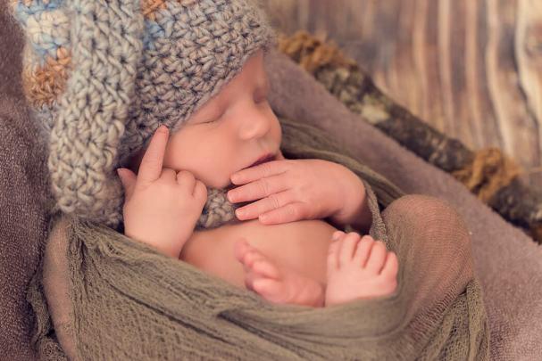 Baby Elias, Baby, Newborn, Neugeborenes, Shooting, Porträt, Fotostudio, Fotografie Verena Schäfer, Fotograf, Fotoshooting, Erinnerung, Familie, Traumhaft, schön, klein, Füße, sanft, nachdenken