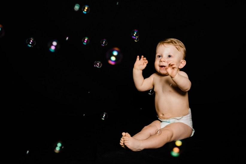 Kind, Fotoshooting, Shooting, Fotostudio, Studio, Diez, Limburg, Hahnstätten, Holzheim, Fotos, Fotografien, Fotograf, Foto, klassisch, gefühlsvoll, exklusiv, elegant, extravagant, emotional, gefühlsbetont, schön, modern, süß, niedlich, professionell, Junge, Kleinkind, Porträt, Weihnachtsgeschenk, Geschenk, Seifenblasen