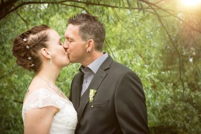 Hochzeit, Paar, Heirat, Foto, Fotoshooting, Shooting, romantisch, verliebt, Romantik, heiraten, wedding, ja, schönster tag, Natur, Glück, glücklich, klassisch, gefühlsvoll, exklusiv, extravagant, frech, lässig, lustig, Hochzeitsfotos, Hochzeitsfotografien, emotional, gefühlsbeton, Momente, Tag, elegant, Liebe, Kleid, Brautkleid, Braut, Bräutigam, Brautpaar, Fotos, Fotografien, Fotograf, Fotostudio, schön, modern, Hochzeitsfotografin, Diez, Limburg, Hahnstätten, Holzheim, Gefühle, Emotionen, outdoor, draußen, location, 2016, Hadamar, Rosengarten, Bäume, Kuss, Grün