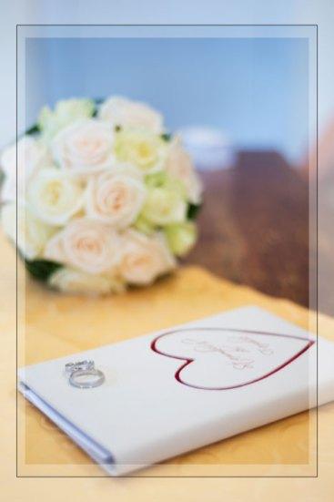 Hochzeit, Trauung, Heirat, heiraten, wedding, ja, schönster tag, Glück, glücklich, romantisch, klassisch, gefühlsvoll, exklusiv, elegant, Hochzeitsfotos, Reportagen- Fotografien, Foto, Hochzeitsfotografien, Reportagenfoto, Reportage, emotional, gefühlsbetont, Momente, Tag, Liebe, Braut, Bräutigam, Brautpaar, paar, Fotos, Fotografien, Fotograf, Fotostudio, schön, modern, Hochzeitsfotografin, Diez, Limburg, Hahnstätten, Holzheim, Gefühle, Emotionen, Fotostudio, Studio, Shooting, Fotoshooting, Standesamt, standesamtlich, Ringe, Stammbuch, Strauß, Brautstrauß, Blumen, Stillleben