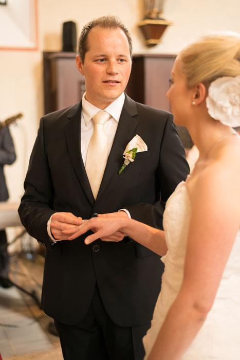 Hochzeit, Trauung, Heirat, heiraten, wedding, ja, schönster tag, Glück, glücklich, romantisch, klassisch, gefühlsvoll, exklusiv, elegant, Hochzeitsfotos, Reportagen- Fotografien, Foto, Hochzeitsfotografien, Reportagenfoto, Reportage, emotional, gefühlsbetont, Momente, Tag, Liebe, Braut, Bräutigam, Brautpaar, paar, Fotos, Fotografien, Fotograf, Fotostudio, schön, modern, Hochzeitsfotografin, Diez, Limburg, Hahnstätten, Holzheim, Gefühle, Emotionen, Fotostudio, Studio, Shooting, Fotoshooting, Kirche, kirchlich, Ringe, Tausch, Ring