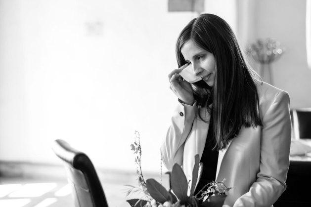 Hochzeit, Trauung, Heirat, heiraten, wedding, ja, schönster tag, Glück, glücklich, romantisch, klassisch, gefühlsvoll, exklusiv, elegant, Hochzeitsfotos, Reportagen- Fotografien, Foto, Hochzeitsfotografien, Reportagenfoto, Reportage, emotional, gefühlsbetont, Momente, Tag, Liebe, Braut, Bräutigam, Brautpaar, paar, Fotos, Fotografien, Fotograf, Fotostudio, schön, modern, Hochzeitsfotografin, Diez, Limburg, Hahnstätten, Holzheim, Gefühle, Emotionen, Fotostudio, Studio, Shooting, Fotoshooting, weinen, Tränen, Taschentuch, Standesamt, standesamtlich,