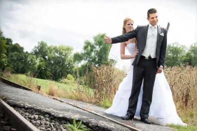 Hochzeit, Paar, Heirat, Foto, Fotoshooting, Shooting, romantisch, verliebt, Romantik, heiraten, wedding, ja, schönster tag, Glück, glücklich, klassisch, gefühlsvoll, exklusiv, extravagant, frech, lässig, lustig, Hochzeitsfotos, Hochzeitsfotografien, emotional, gefühlsbeton, Momente, Tag, elegant, Liebe, Kleid, Brautkleid, Braut, Bräutigam, Brautpaar, Fotos, Fotografien, Fotograf, Fotostudio, schön, modern, Hochzeitsfotografin, Diez, Limburg, Hahnstätten, Holzheim, Gefühle, Emotionen, Burg, Ardeck, outdoor, draußen, location, Natur, grün, Gleise, Bahn, Anhalter