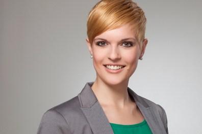 Bewerbungsfoto von Frau mit kurzen Haaren.