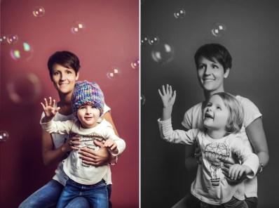 Familienfotos von Mutter und Tochter vor pinken Hintergrund mit Seifenblasen.