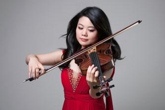 Künstlerportrait von einer Frau mit Geige