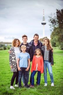 Familienfoto von Dr Loersch mit seiner Familie, fotografiert von Fotostudio Thomas in Mannheim.