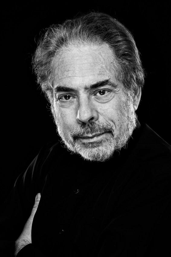 Schwarzweiss Bild von einem Musiker.