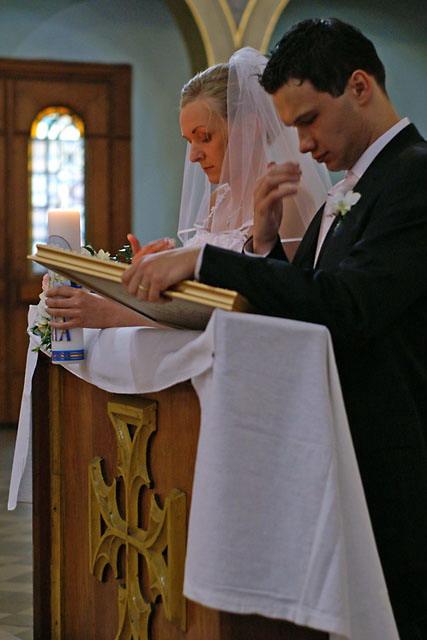 Para młoda modląca się podczas ceremonii ślubnej
