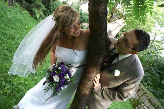 Roześmiana para młoda na fotografii ślubnej