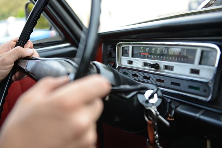 Kierownica ślubnego samochodu retro