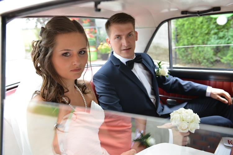 Młodzi w samochodzie w drodze na uroczystość ślubną