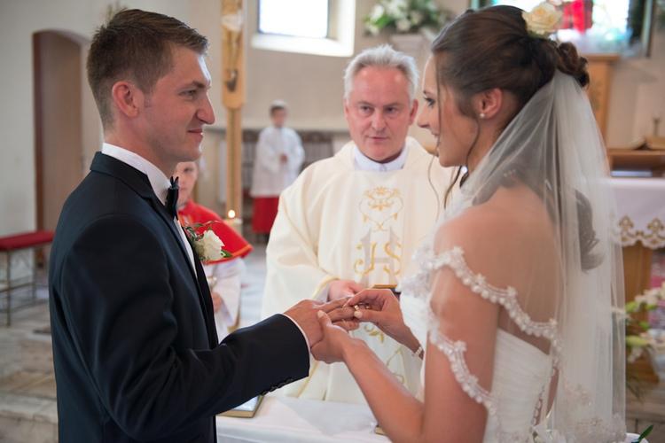Zakładanie ślubnych obrączek w kościele