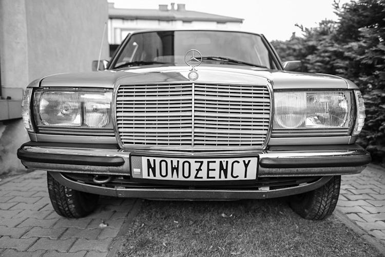 Samochód z tablicą rejestracyjną z napisem nowożeńcy, fotografia ślubna Bielsko-Biała