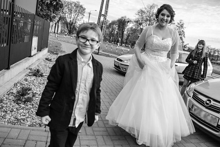 Panna młoda przed wyjazdem na ślub