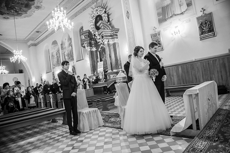 Para młoda w kościele przed ceremonią ślubną. Fotograf ze Śląska. Young couple in the church before wedding. Photographer silesia