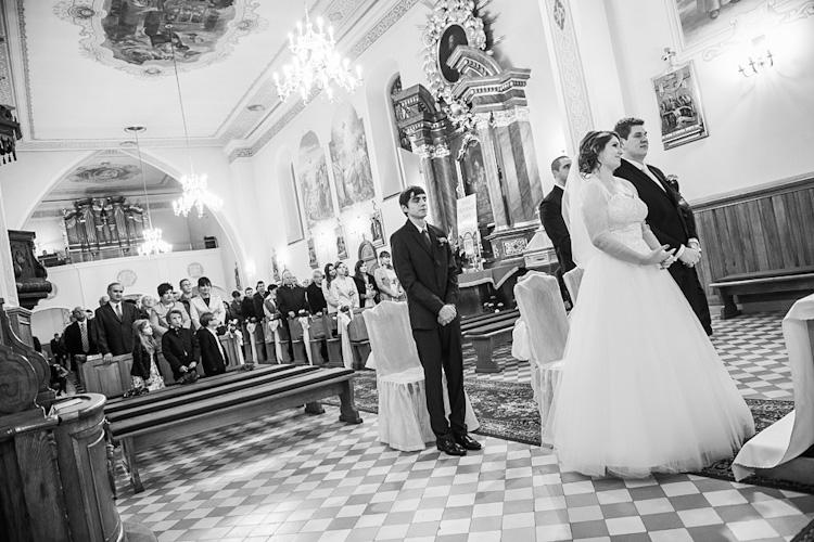 Para młoda podczas ślubu w kościele