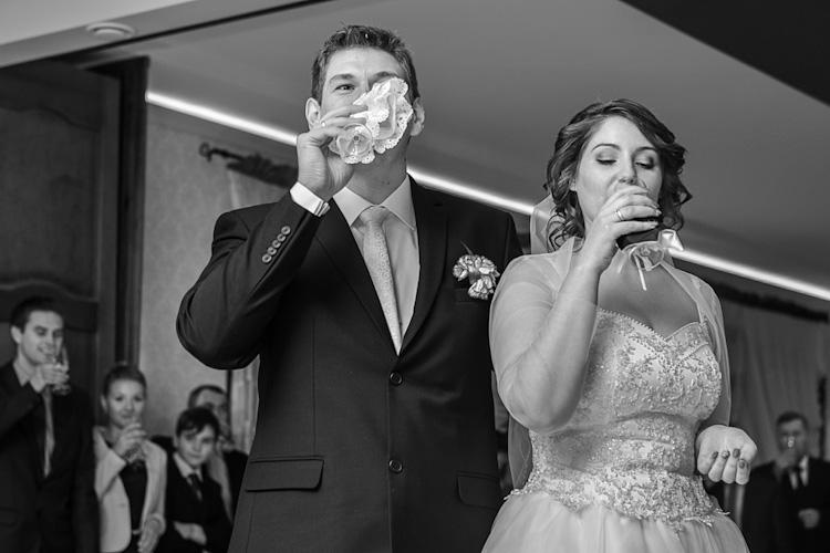 Para młoda pijąca szampana