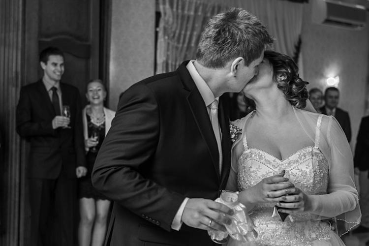Pocałunek pary młodej podczas wesela/ślubu