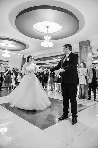 Pierwszy taniec na weselu wykonany przez parę młodą. Fotografia Bielsko-Biała, Cieszyn