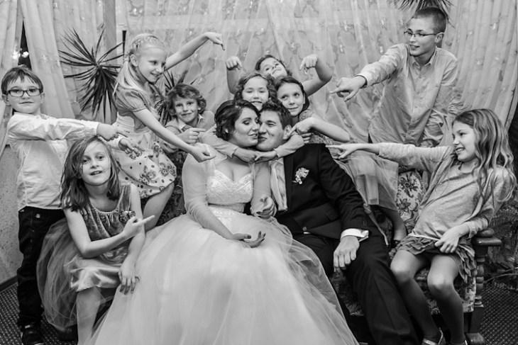 Fotografia ślubna. Para młoda w otoczeniu dzieci na swoim weselu