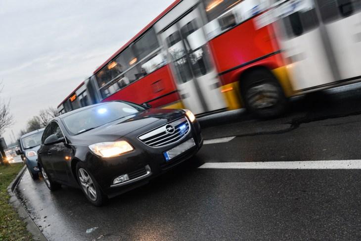 Nieoznakowany radiowóz Opel Insignia pozatrzymaniu samochodu
