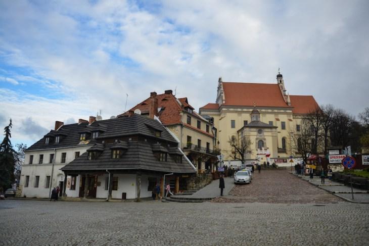 Kazimierz Dolny nadWisłą, Rynek, widok nakościół farny św.Jana Chrzciciela iśw.Bartłomieja
