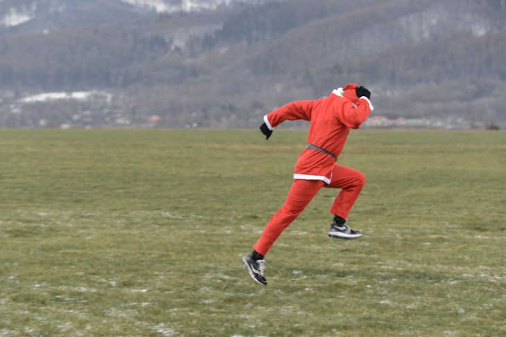 zawodnik w stroju św. Mikołaja podczas rozgrzewki