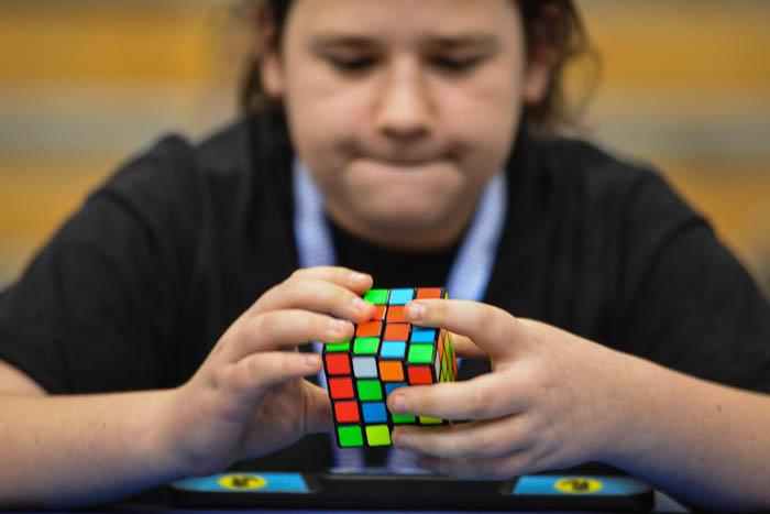 Zawodnik układa kostkę Rubika 4x4x4 na czas w Bielsku-Białej